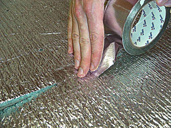 Пенофол чем клеить к бетону